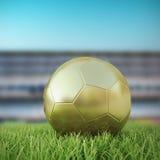 Soccerball dorato 3D sul campo da gioco Fotografie Stock Libere da Diritti