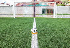 Soccerball i fotbollfältet Royaltyfria Bilder
