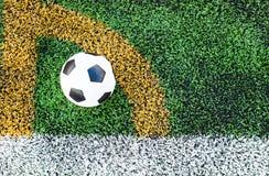 Soccerball i fotbollfältet Arkivfoto