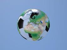 Soccerball med jordklotet: Europa och Afrika Royaltyfri Bild