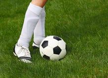 Soccerball och spelare Fotografering för Bildbyråer
