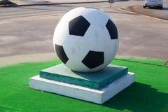 Soccerball på en sockel fotografering för bildbyråer