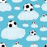 Soccerballs senza cuciture sulle nuvole Immagini Stock