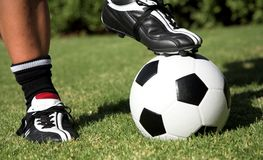 Soccerboot sulla sfera di calcio Immagine Stock