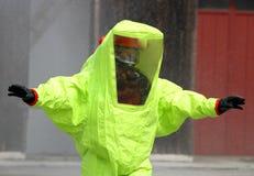 Soccorritore con il vestito giallo contro il rischio biologico dalla cont. fotografia stock libera da diritti