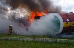Soccorritore di lavoro Il salvataggio del fuoco elimina il fuoco Immagini Stock Libere da Diritti