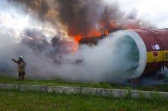 Soccorritore di lavoro Il salvataggio del fuoco elimina il fuoco Fotografie Stock