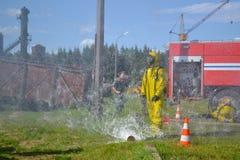 Soccorritore di lavoro Il salvataggio del fuoco elimina il fuoco Immagine Stock
