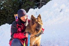 Soccorritore ed il suo cane di servizio Immagini Stock