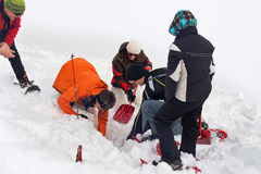 Soccorritori che scavano per una vittima sepolta in neve profonda Fotografia Stock Libera da Diritti