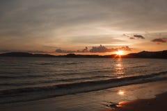 Słońce sety nad morzem i górą Fotografia Royalty Free