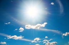 Słońce w jaskrawym niebieskim niebie Zdjęcia Royalty Free