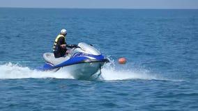 Sochi/Ρωσία - 8 Ιουλίου 2018: Άτομο που οδηγά στο αεριωθούμενο σκι στην επιφάνεια θάλασσας απόθεμα βίντεο