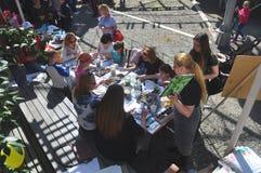 SOCHI, ΡΩΣΙΑ - 8 ΑΠΡΙΛΊΟΥ 2018: Οι άνθρωποι σύρουν υπαίθρια Στοκ Φωτογραφίες