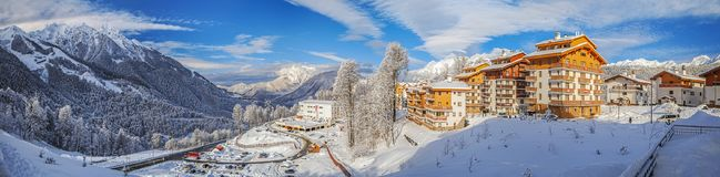 SOCHI, ΡΩΣΙΑ - 10 ΙΑΝΟΥΑΡΊΟΥ 2015: Το πανόραμα του χιονοδρομικού κέντρου αυξήθηκε οροπέδιο Στοκ φωτογραφία με δικαίωμα ελεύθερης χρήσης
