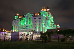 SOCHI, ΡΩΣΙΑ - 18 Μαΐου 2017 Η καταπληκτική προοπτική του ξενοδοχείου που χτίζει ` Bogatyr `, που φωτίζεται από τα διαφορετικά χρ Στοκ Εικόνες