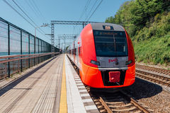 SOCHI, ΡΩΣΙΑ, ΣΤΙΣ 10 ΜΑΐΟΥ 2015: Το τραίνο Lastochka φθάνει στο σιδηροδρομικό σταθμό Matsesta Στοκ Φωτογραφίες
