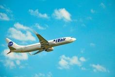 Sochi, Adler, Russland - 8. Oktober 2018 - Flugzeuge von UTair-Fluglinien lizenzfreies stockbild
