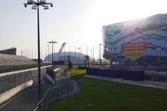 Sochi Autodrom, Eisberg-Eislaufpalast, olympische Flamme bei Sonnenuntergang Russland Lizenzfreies Stockbild