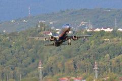 SOCHI - 12 DE SEPTIEMBRE: Despegue del aeroplano en el aeropuerto Sochi en el 12 de septiembre de 2012 El aeroplano Airbus A321-2 Foto de archivo libre de regalías