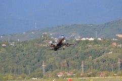 SOCHI - 12 DE SEPTIEMBRE: Despegue del aeroplano en el aeropuerto Sochi en el 12 de septiembre de 2012 El aeroplano Airbus A321-2 Fotografía de archivo