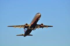SOCHI - 12 DE SEPTIEMBRE: Despegue del aeroplano en el aeropuerto Sochi en el 12 de septiembre de 2012 El aeroplano Airbus A321-2 Fotografía de archivo libre de regalías