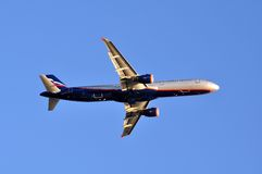 SOCHI - 12 DE SEPTIEMBRE: Despegue del aeroplano en el aeropuerto Sochi en el 12 de septiembre de 2012 El aeroplano Airbus A321-2 Fotos de archivo libres de regalías