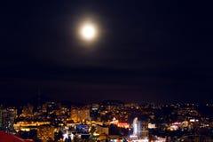 Sochi-Nachtansicht der Hauptstation mit einem großen hellen Mond im Himmel Stockbilder