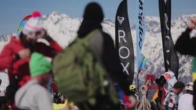 SOCHI, RÚSSIA - 2 DE ABRIL DE 2016: Os povos relaxam acampam dentro Estância de esqui Cenário das montanhas Snowboarders, esquiad vídeos de arquivo