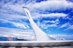 SOCHI, RÚSSIA - 14 de agosto de 2016: Bacia de fogo olímpica imagem de stock royalty free