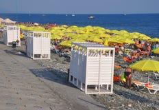 SOCHI, RÚSSIA - 3 DE AGOSTO DE 2017: Praias equipadas na planície de Imereti Imagens de Stock Royalty Free