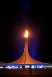 SOCHI, RÚSSIA - 9 DE FEVEREIRO DE 2014: A chama olímpica está no Pa olímpico Foto de Stock