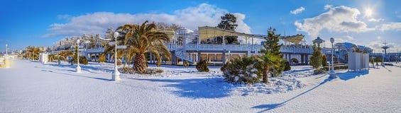 SOCHI, RÚSSIA - 26 DE JANEIRO DE 2016: Arquitetura da praia na neve Imagens de Stock Royalty Free