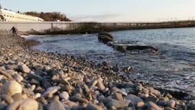 Sochi, Rússia - 10 de janeiro de 2017 o mar acena no por do sol vídeos de arquivo