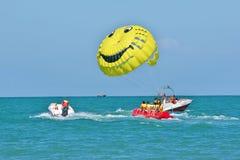Sochi, Rússia - 24 de junho de 2014, andando ao longo do mar em um barco com um paraquedas Imagem de Stock