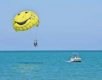 Sochi, Rússia - 24 de junho de 2014, o paraquedas do barco rola viajantes Foto de Stock Royalty Free