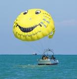 Sochi, Rússia - 24 de junho de 2014, os povos relaxam no gelo marinho em um paraquedas Fotografia de Stock