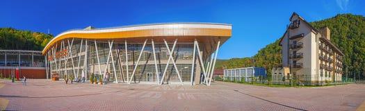 SOCHI, RÚSSIA - 18 DE OUTUBRO DE 2015: Estação de trem do resort de montanha de Rosa Khutor Imagens de Stock