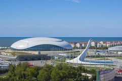 Sochi, Rússia - 24 de setembro: Abóbada do gelo de Bolshoy e fogo dos Jogos Olímpicos o 24 de setembro: , 2016 Fotos de Stock Royalty Free