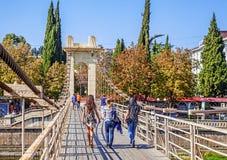 SOCHI, RÚSSIA - 28 DE SETEMBRO DE 2015: Povos na ponte de suspensão Imagens de Stock Royalty Free