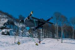 2017 04 Sochi, Rússia, festival NewStarCamp: o esquiador salta de um trampolim alto Imagem de Stock