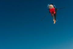 2017 04 Sochi, Rússia, festival NewStarCamp: o esquiador salta de um trampolim alto Fotografia de Stock Royalty Free