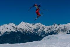 2017 04 Sochi, Rússia, festival NewStarCamp: o esquiador salta de um trampolim alto Fotos de Stock Royalty Free