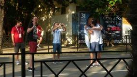 SOCHI ROSJA, Czerwiec, - 16, 2018: FIFA 2018 Fan pi?ki no?nej chodz? w parku obok portu morskiego 4K zbiory