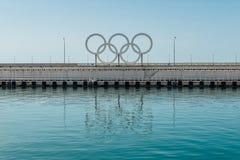 SOCHI, ROSJA, KWIECIEŃ 09, 2016: Portów morskich Olimpijscy pierścionki Obrazy Stock