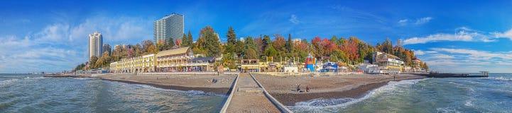 SOCHI ROSJA, Listopad, - 21, 2015: Jesieni panorama miasto z falochronem Obrazy Stock