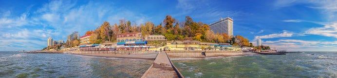 SOCHI ROSJA, Listopad, - 21, 2015: Jesieni panorama miasto z falochronem Fotografia Stock