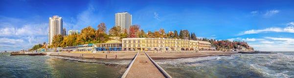 SOCHI ROSJA, Listopad, - 21, 2015: Widok jesieni miasto z falochronem Fotografia Stock
