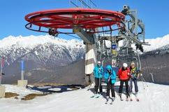 Sochi, Rosja, Luty, 27, 2016, ludzie relaksuje na ośrodku narciarskim Rosa Khutor Zdjęcia Royalty Free