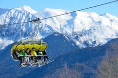 Sochi, Rosja, Luty, 27, 2016, ludzie relaksuje na ośrodku narciarskim Rosa Khutor Obraz Royalty Free